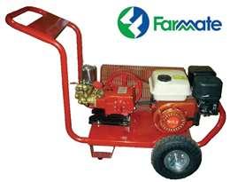 Ψεκαστικό συγκρότημα βενζίνης σε βάση με χερούλι και δύο τροχούς αέρος με βενζινοκινητήρα και αντλία FARMATE